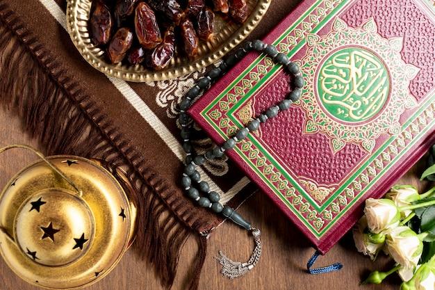 Cerrar los artículos tradicionales árabes para la oración. Foto gratis