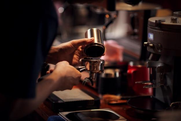 Cerrar barista haciendo capuchino, barman preparando café bebida Foto gratis