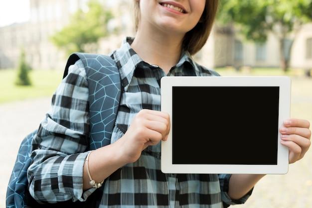 Cerrar chica de la escuela con tableta Foto gratis
