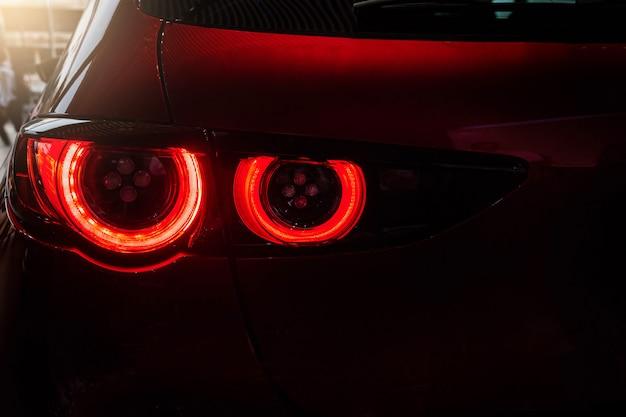 Cerrar la cola del coche de color rojo claro Foto Premium