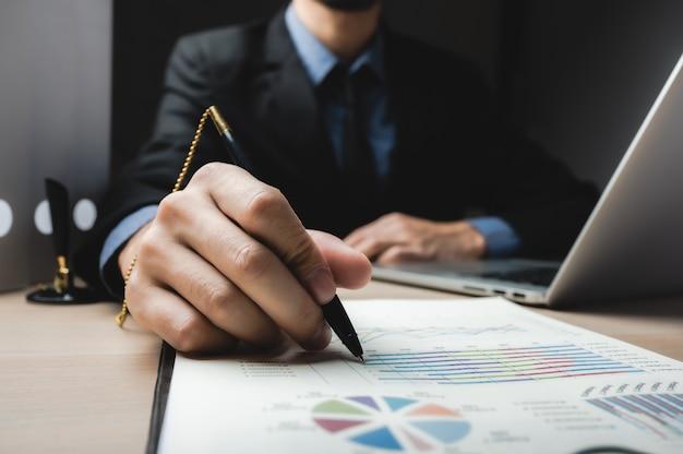 Cerrar un contrato de firma de hombre de negocios haciendo un trato, concepto clásico de éxito empresarial Foto Premium