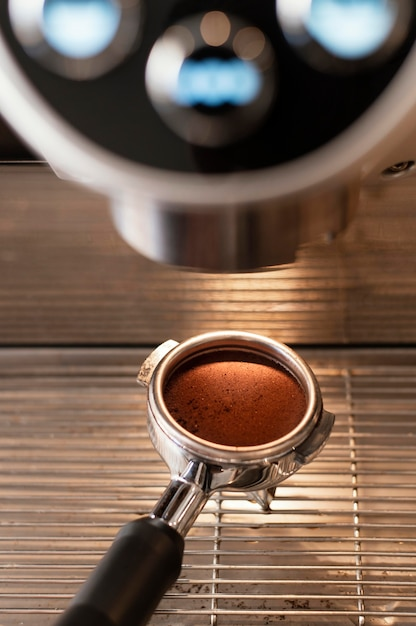 Cerrar cuchara sosteniendo café Foto gratis