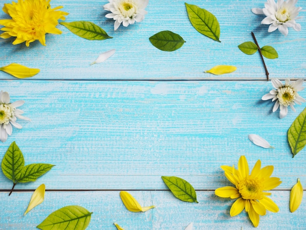 Cerrar flores de crisantemo blanco y amarillo sobre fondo de marco de madera azul Foto Premium