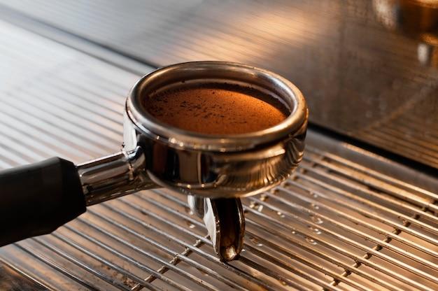 Cerrar la herramienta de molienda de café Foto gratis