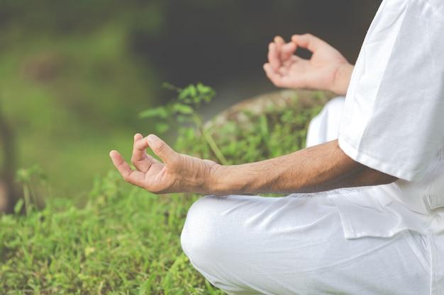 Cerrar imagen de manos haciendo meditación Foto gratis