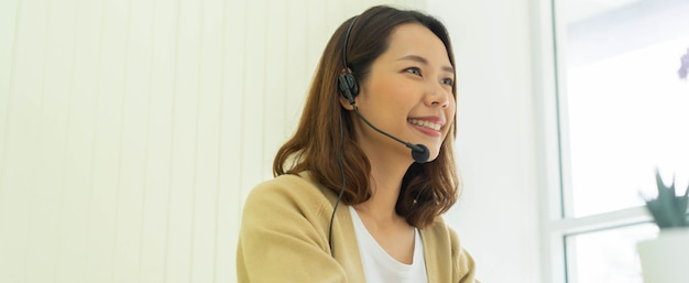 Cerrar joven call center empleado mujer hablando con colegas y socios en el escritorio Foto Premium