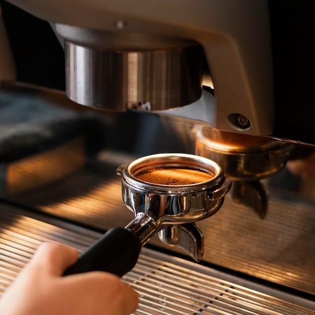 Cerrar mano preparando café Foto gratis