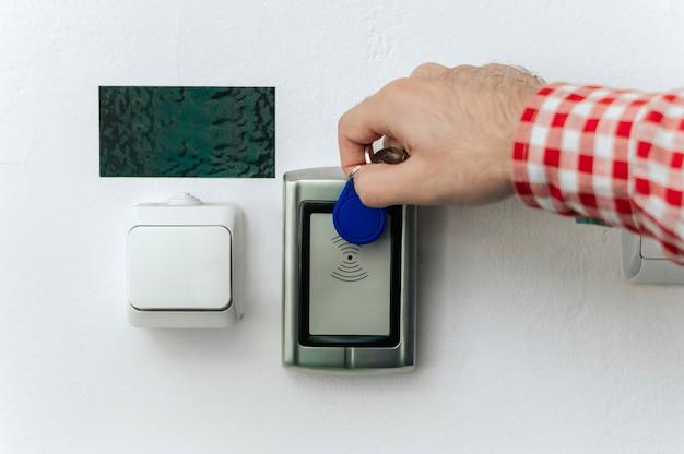 Cerrar la mano con tarjeta de acceso para abrir la puerta. Foto Premium