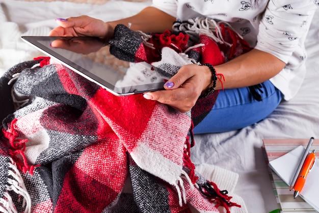 Cerrar en manos de mujer sosteniendo tableta en blanco Foto Premium