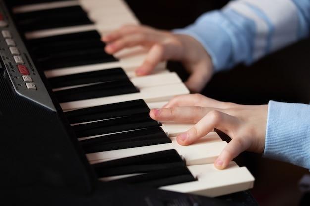 Cerrar las manos tocando el piano Foto Premium