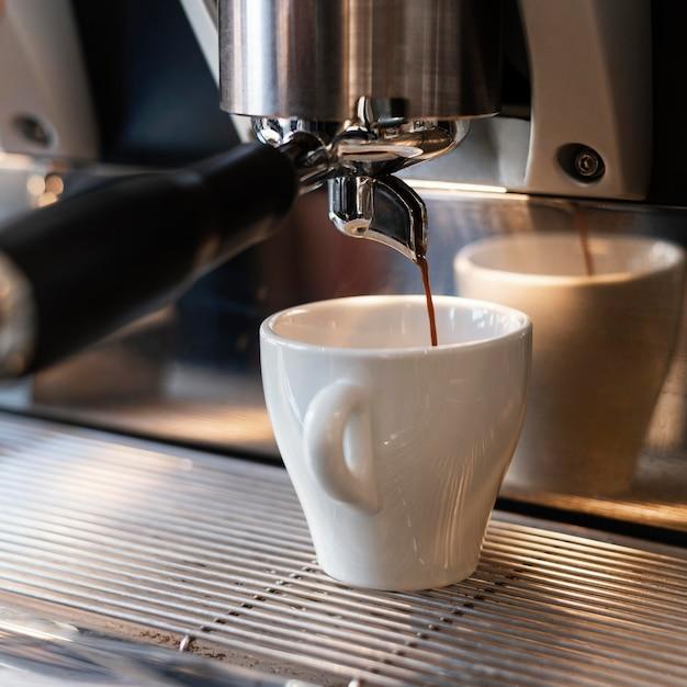 Cerrar la máquina para hacer café Foto gratis