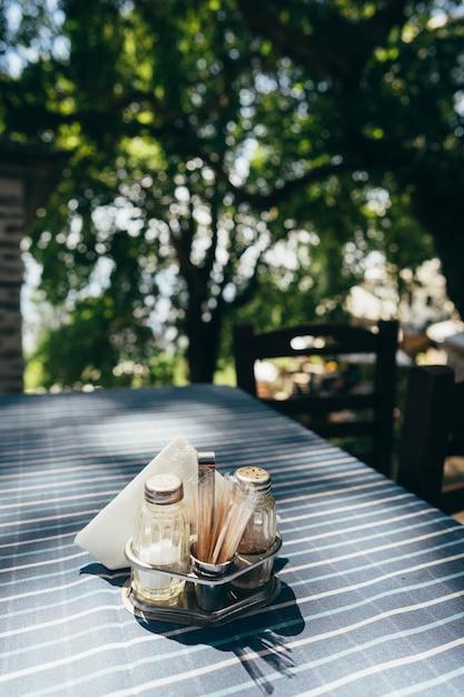 Cerrar mesa blanca en restaurante Foto gratis