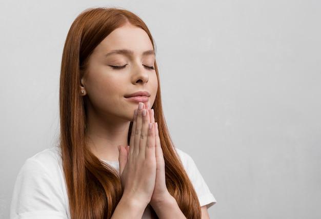 Cerrar mujer fiel orando Foto gratis