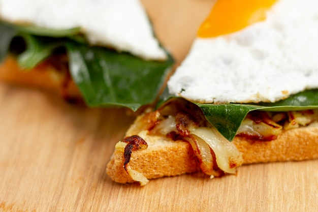 Cerrar rodajas de huevo frito en waffle y hash browns Foto gratis