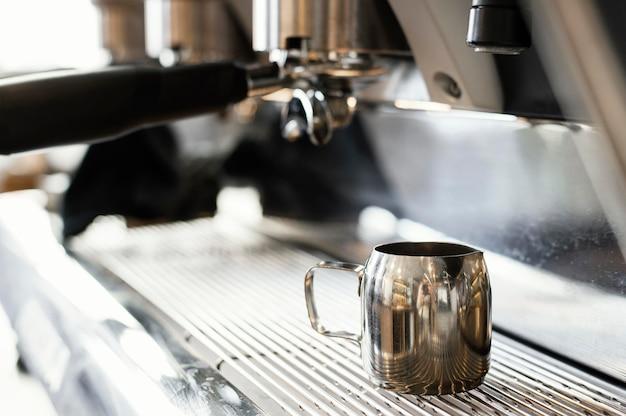 Cerrar la taza y la máquina de café Foto gratis