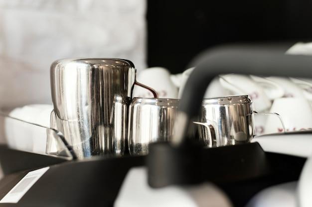 Cerrar las tazas de café en la bandeja Foto gratis