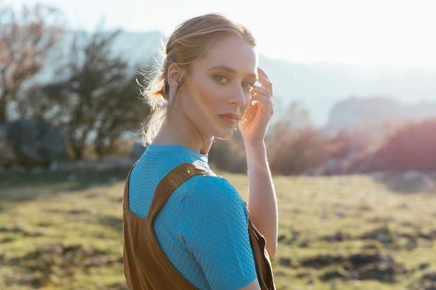 Cerrar tiro mujer frente a cámara en la luz del sol Foto gratis