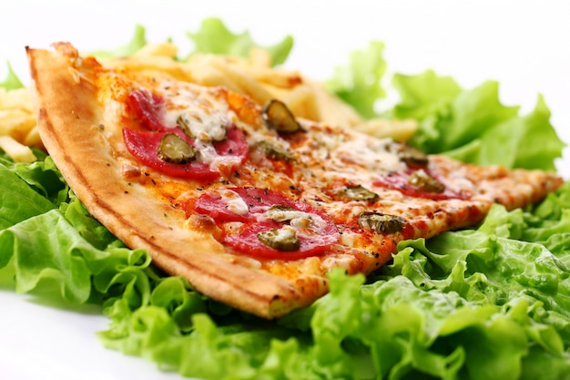 Cerrar vista de pizza fresca con papas fritas Foto gratis
