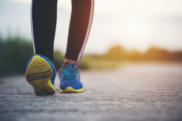 Cerrar en zapatillas de correr fitness mujeres en entrenamiento y correr Foto gratis