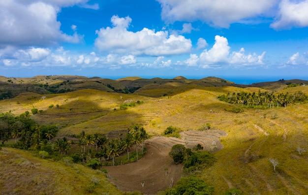 Cerro teletubbies. drone shot tropical savanna hills en nusa penida, bali - indonesia Foto Premium
