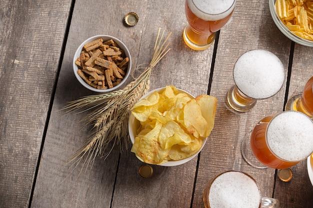 Cerveza de cristal sobre madera Foto Premium