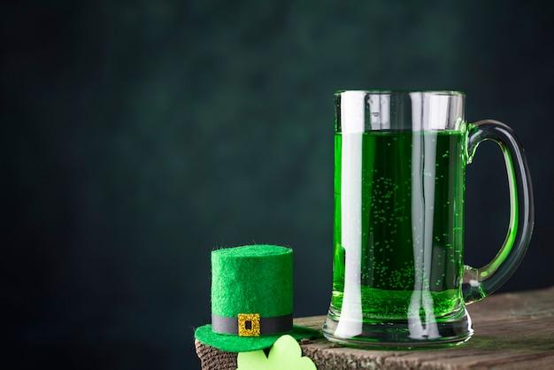 Cerveza verde del día de san patricio Foto Premium