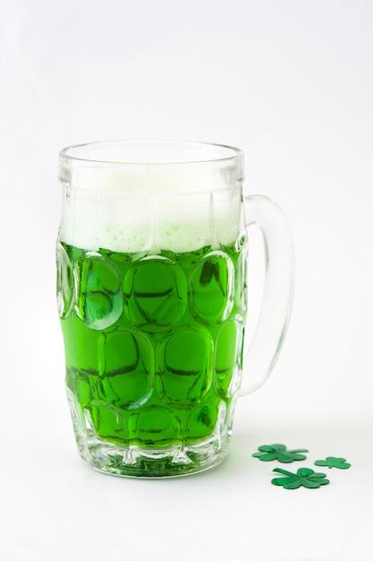 Cerveza verde tradicional del día de st patrick aislada. Foto Premium
