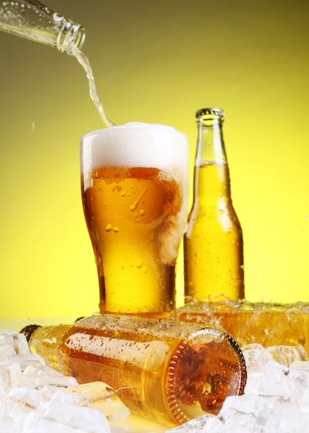 La cerveza se vierte en un vaso Foto gratis