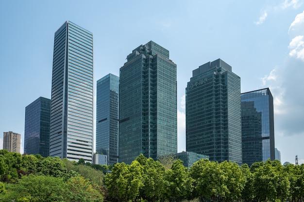 Césped del parque central y edificio de oficinas del centro financiero, chongqing, china Foto Premium