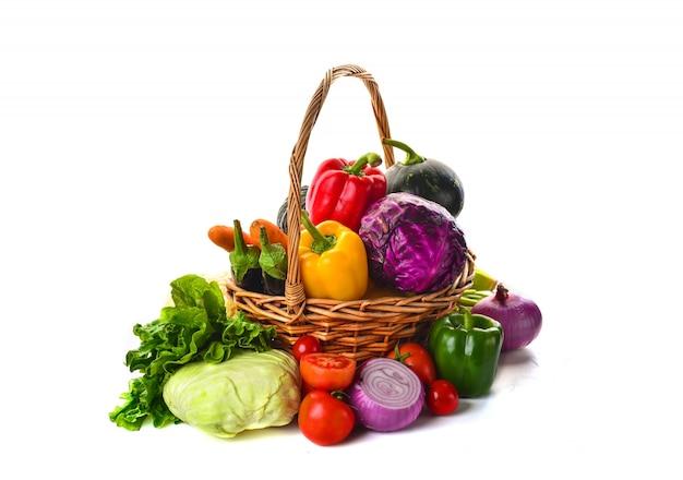 Cesta llena de verduras Foto Gratis