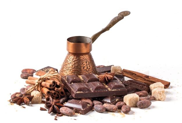 Cezve de cobre con chocolate negro y granos de cacao Foto Premium