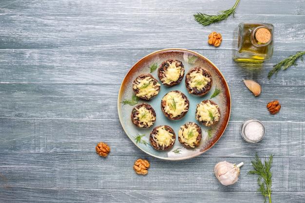 Champiñones rellenos caseros al horno con eneldo fresco y queso Foto gratis
