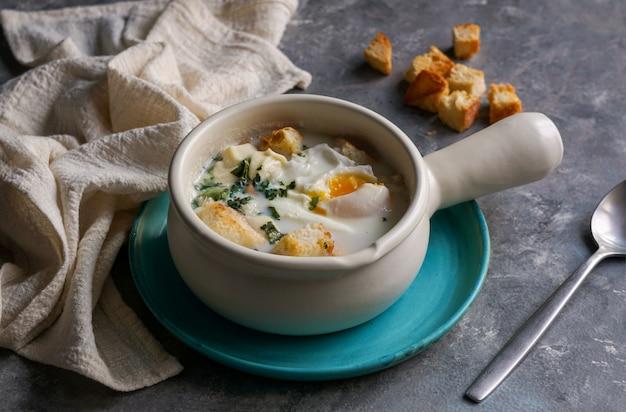 Changua - sopa colombiana de huevo y leche, sopa típica para el desayuno en bogotá Foto Premium