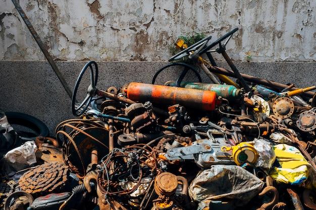 Chatarra oxidada vieja y basura de acero Foto gratis