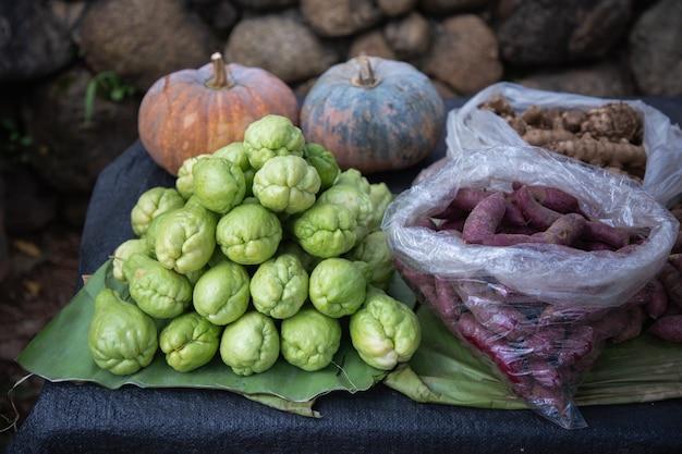 Chayote fresco, ñame, calabaza y jengibre en el mercado de hortalizas. Foto Premium