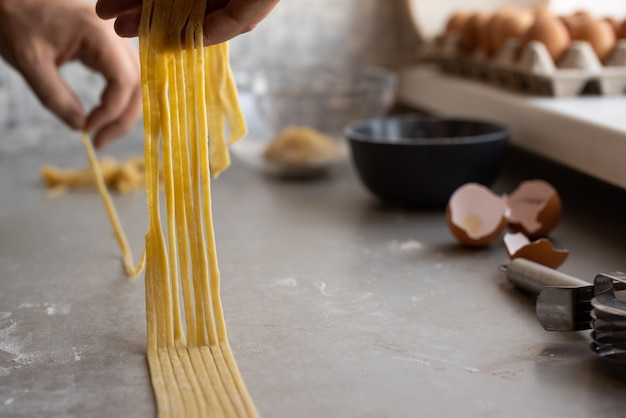 Chef haciendo pasta fresca Foto gratis