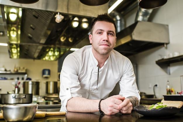 Chef prepara solomillo de ternera en la cocina del restaurante Foto Premium