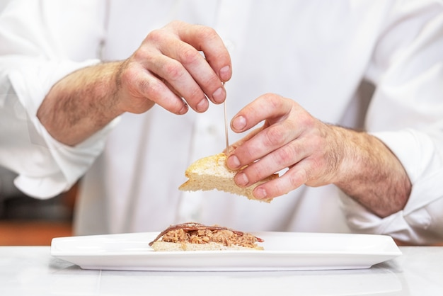 Chef preparando deliciosa comida típica española Foto Premium