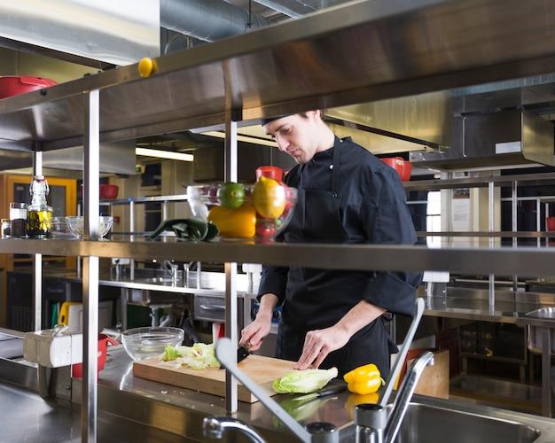Chef preparando una receta Foto gratis