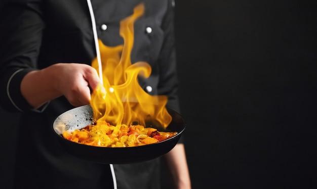 Chef profesional y fuego. Foto Premium