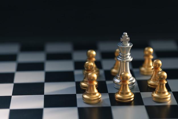 Chessman en plata estaba rodeado por un ajedrez dorado Foto Premium
