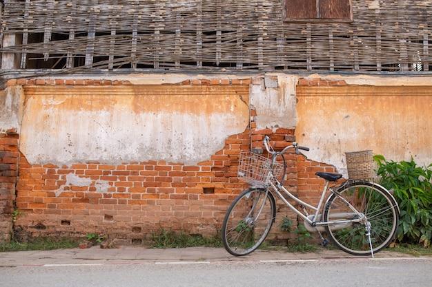 [chiang khan] bicicleta y casa antigua en chiang khan tailandia Foto Premium
