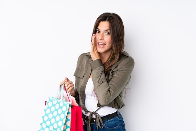 Chica adolescente con bolsa de compras susurrando algo Foto Premium