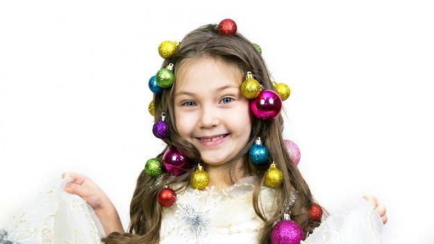 Chica con adornos navideños en la cabeza. Foto Premium
