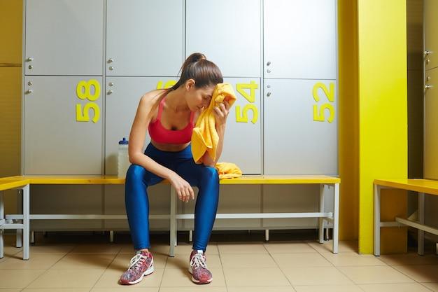 Chica agotada en la habitación de armarios Foto gratis