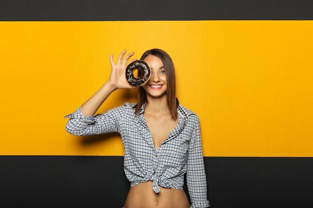 Chica alegre con hermosa sonrisa blanca divirtiéndose con colorido Foto gratis