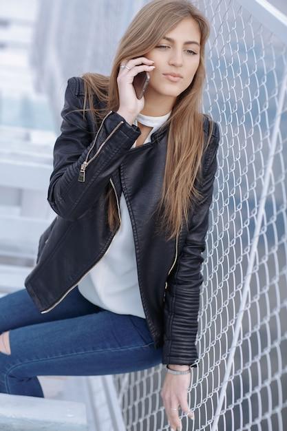 Chica apoyada en una valla de metal hablando por tel fono descargar fotos gratis - Vallas de metal ...