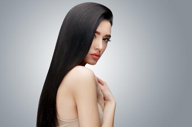 Chica asiática morena con el pelo largo y liso | Foto Premium