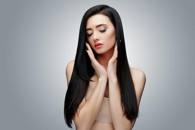 Chica asiática morena con el pelo largo y liso Foto Premium
