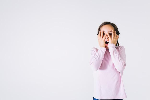 Chica asustada que cubre la cara Foto gratis